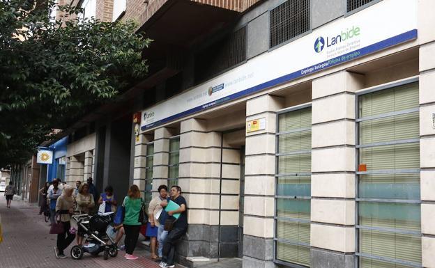 Casi vascos con trabajo buscan un nuevo empleo en for Laboral kutxa oficinas bilbao