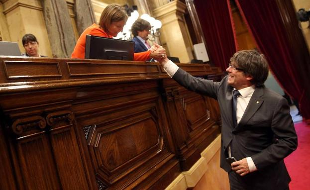 Puigdemont (d) saluda a Forcadell.