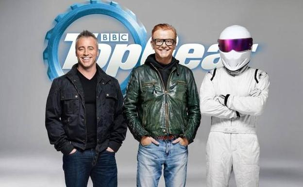 Matt LeBlanc y Chris Evans, con el misterioso piloto 'The Stig'. / DISCOVERY CHANNEL