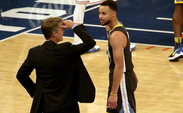 El entrenador de Golden State Warriors Steve Kerr habla con el jugador Stephen Curry. /PETER FOLEY