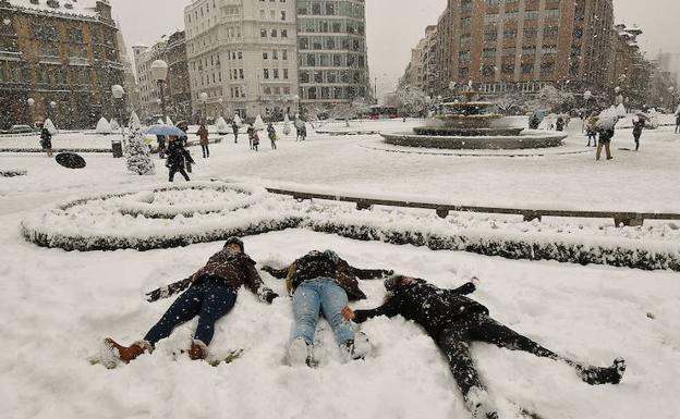 Unas jóvenes juegan en la nieve en la Plaza Moyúa el pasado 28 de febrero./Luis Ángel Gómez