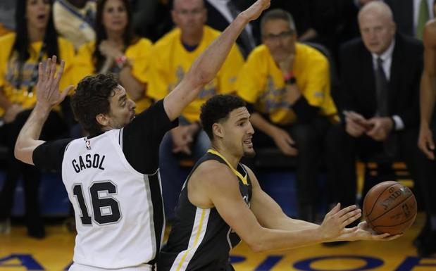 Pau Gasol intenta taponar a Klay Thompson. /Efe