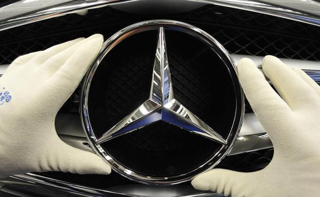 Un trabajador coloca la estrella en uno de los modelos de Mercedes./E. C.