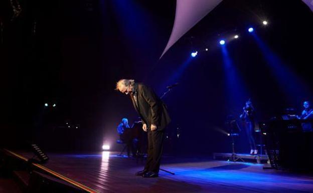Serrat le da una lección a un fan que le pide que cante en catalán en su concierto de Barcelona