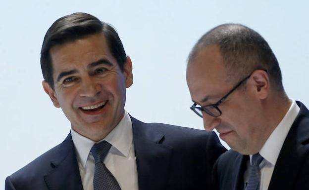 Carlos Torres estrecha la mano del consejero delegado Onur Genç al finalizar la junta./EFE