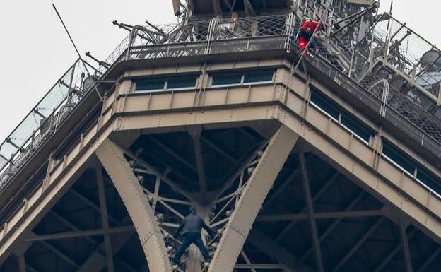 Evacúan la Torre Eiffel: un hombre intentó escalarla
