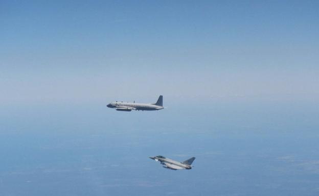Avión militar ruso interceptado por un caza británico sobre espacio aéreo europeo./EFE