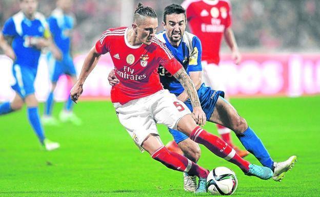 El Alavés acerca posturas con el Benfica para la incorporación de Ljubomir Fejsa