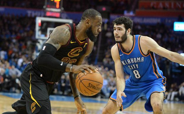 Álex Abrines defiende a LeBron James.