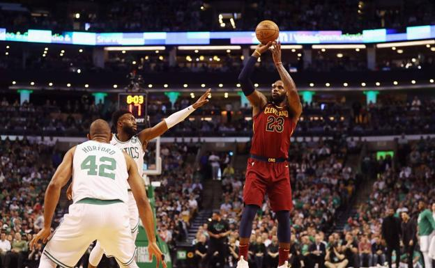 LeBron James lanza a canasta. /Afp
