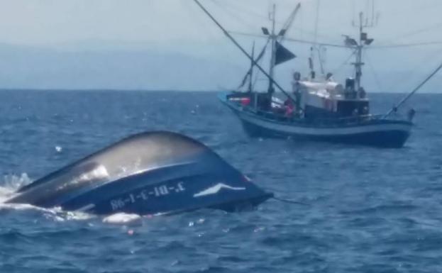 Un Barco Pesquero Se Hunde Frente A Santoña Y Logran Salvar La Vida