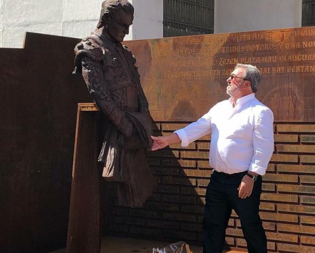 Una Escultura Recuerda A Ivan Fandino En La Plaza De Toros De Bilbao