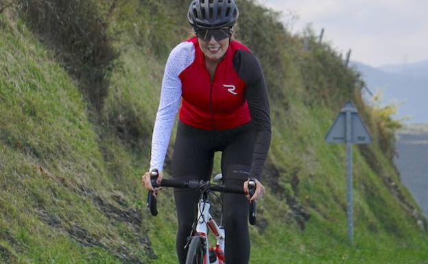Eneritz Alonso sale a pedalear todos los domingos sin importarle las inclemencias meteorológicas: «lo necesito para desconectar y cargar pilas».