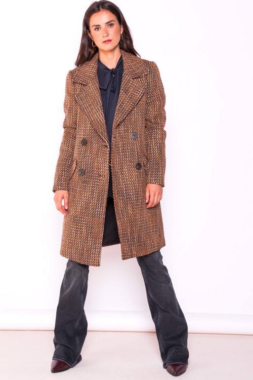 Sara Carbonero tiene el abrigo de cuadros más ponible, elegante y viral del otoño