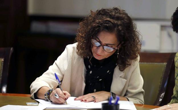 La Autoridad Fiscal pide a Madrid y Andalucía que «aplacen» su rebaja de impuestos para cumplir con Hacienda