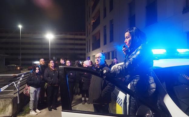 La alcaldesa se dirige a los vecinos por la megafonía de un coche de policía