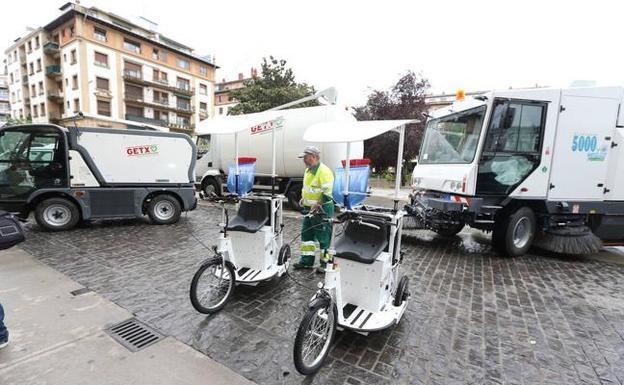 El servicio de limpieza de Getxo utiliza desde hace varios años vehículos eléctricos y de gas. / PEDRO URRESTI