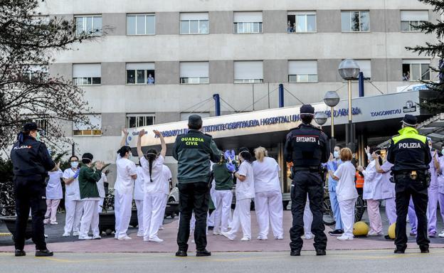 Efectivos de los cuatro cuerpos policiales operativos en Vitoria juntos en Txagorritxu. /Igor Aizpuru