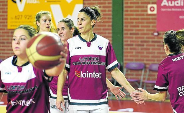 Warten. Lointek Gernika-Spieler in der Aufwärmrunde vor einem EuroCup-Frauenspiel im Sportzentrum Maloste.