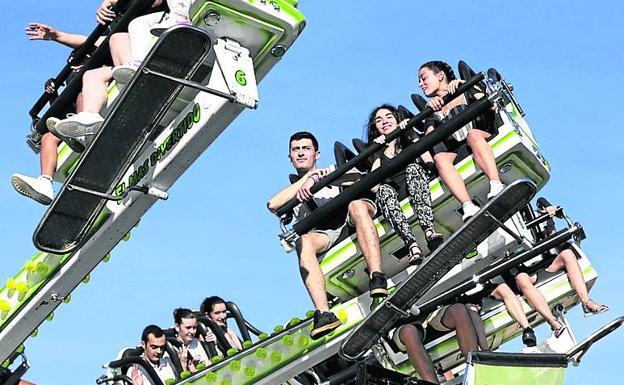 Jovénes disfrutan de una atracción en Bilbao el año pasado. /p. urresti