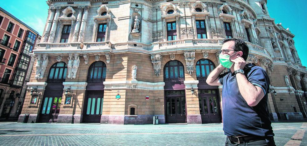 La plaza del Arriaga quedó desierta a mediados de marzo y hoy cumple años cerrado a cal y canto.