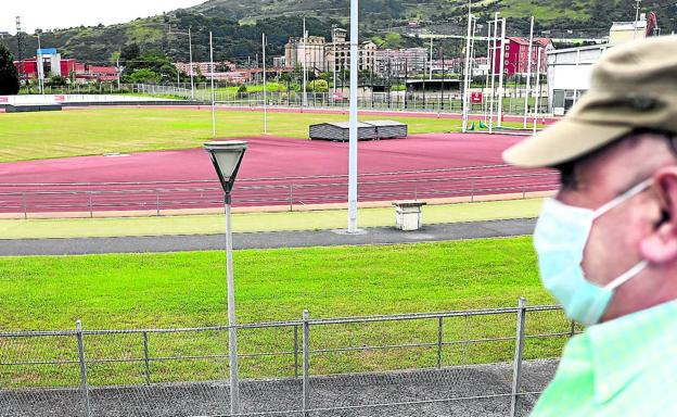 Yesterday's image of the Zorroza athletics track, whose tartan (the red zone) will be renewed after 20 years of use.