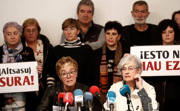 Familiares de los jóvenes de Alsasua, en una rueda de prensa en 2019./