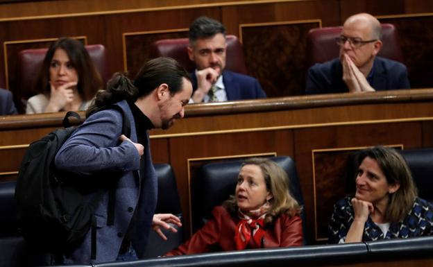 Calviño y Pablo Iglesias hablan en el Congreso. /Efe