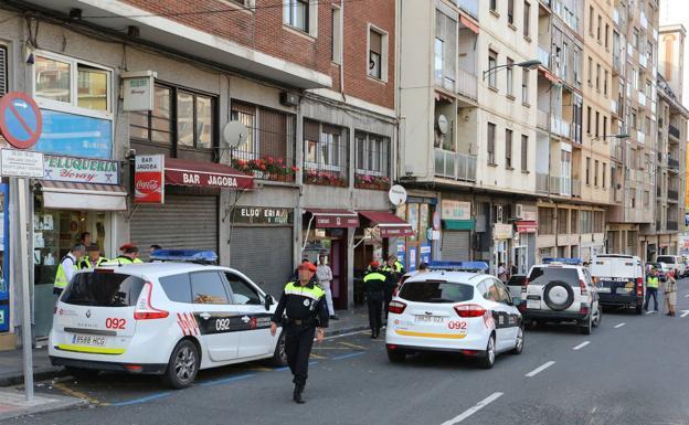 Un fuego calcina dos contenedores en Bilbao y afecta a un vehículo y al toldo de un restaurante