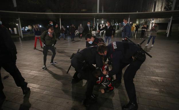 Una protesta contra el toque de queda acaba con disturbios y seis detenidos  en Bilbao | El Correo
