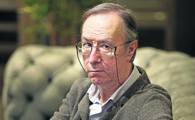 Alberto López Basaguren sostiene que el sistema democrático «se está resintiendo mucho». /jordi alemany
