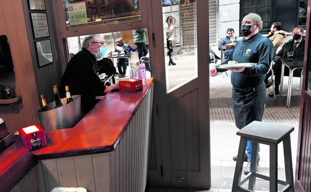 La prohibición de consumir junto a la barra ha alejado a muchos txikiteros de los bares y restaurantes bilbaínos./Luis ángel gómez