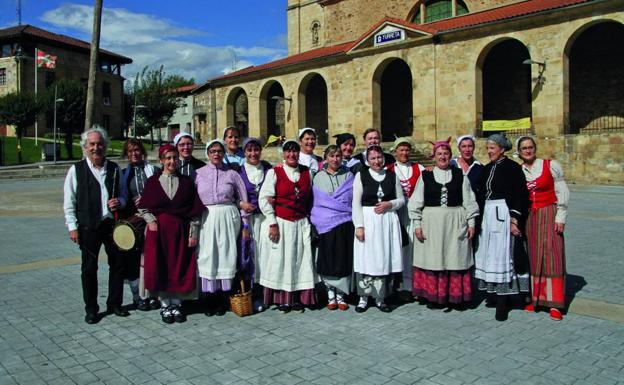 Integrantes del grupo de danzas de Iurreta en una de las fotografías que ha recopilado Joseba Agirre en su libro. / E. C.