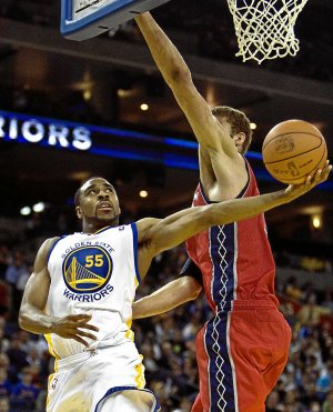 Williams intenta encestar a aro pasado durante un duelo de la pasada campaña con los Warriors. ::                              AFP/